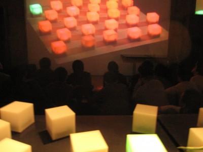 cube 奥の映像と同じ色に変化するはず。。打率3割ぐらい。