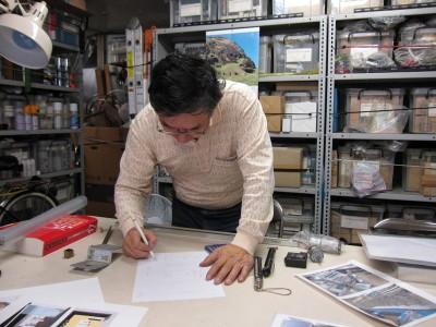 スーパーマイスター秋葉さん。事務所はパーツの山で、パラダイス。