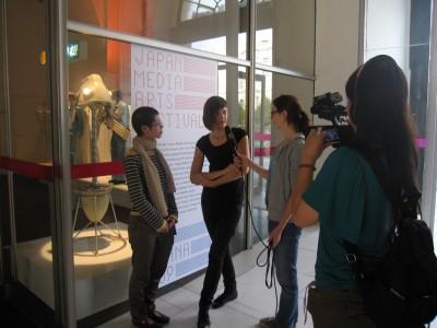 展示作家の坂本さんインタビュー中。隣は通訳をしてくれたAnna。