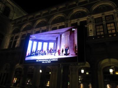 屋外ビジョンでオペラ。最初ショッピングモールの中でやっているのかと思ったら、そういうセットの現代オペラでした。