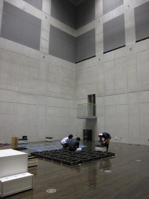 天井がすごく高い、コンクリートの部屋。うーん、この環境だったら他にもいろいろやりたくなる。
