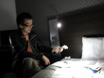 読書灯がLEDで影が綺麗に出たのでナイスな実験に。